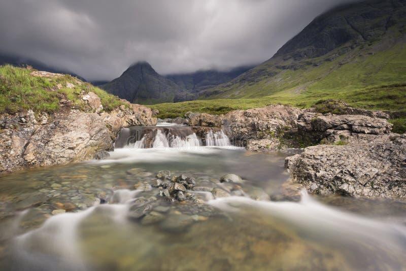 Водопад в фее складывает скалистый поток вместе на острове Skye стоковые изображения