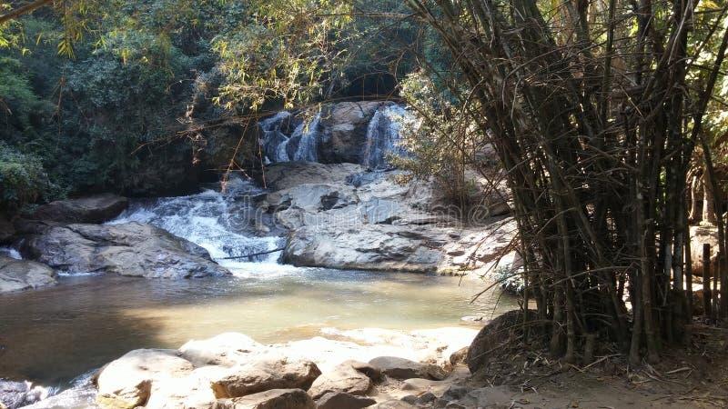 Водопад дневного времени от угрызения-Ueng северного Таиланда стоковые фотографии rf