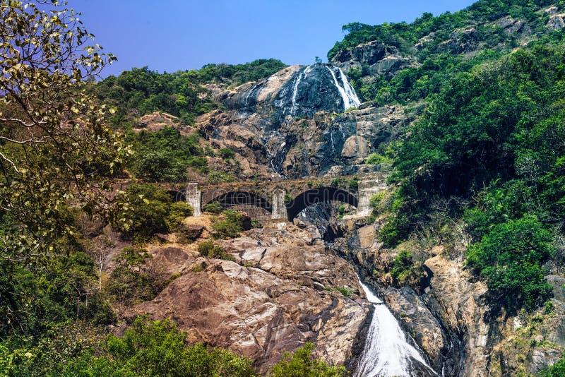 Водопад и мост горы сценарные при железная дорога проходя на стоковое фото