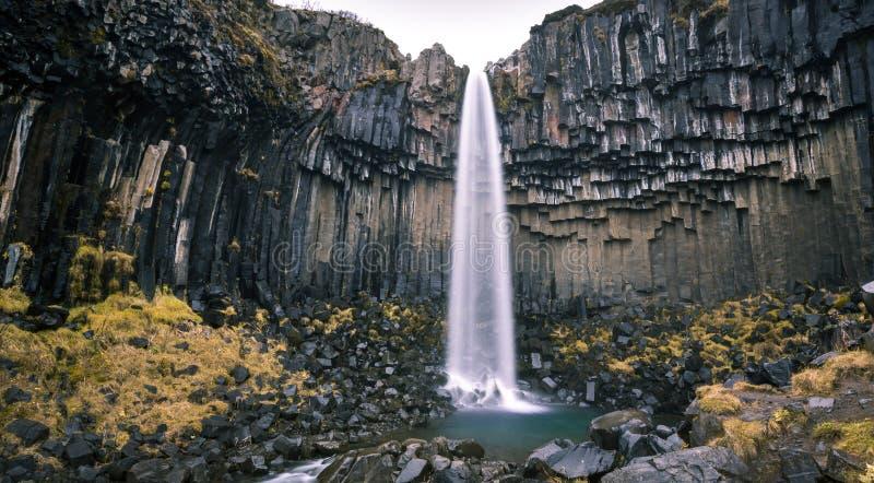 Водопад и Sjonarnipa Svartifoss на национальном парке Skaftafell в южной Исландии южной Исландии стоковое изображение
