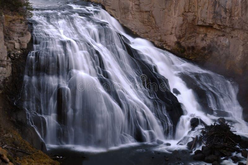 Водопад каскада вниз трясет ровную воду стоковые фотографии rf