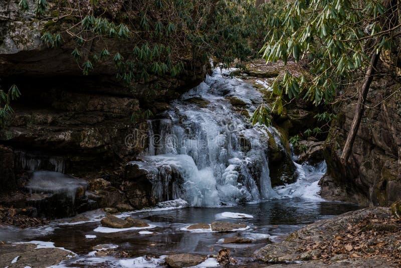 Водопад который замерзается в восточных горах Теннесси стоковое фото rf