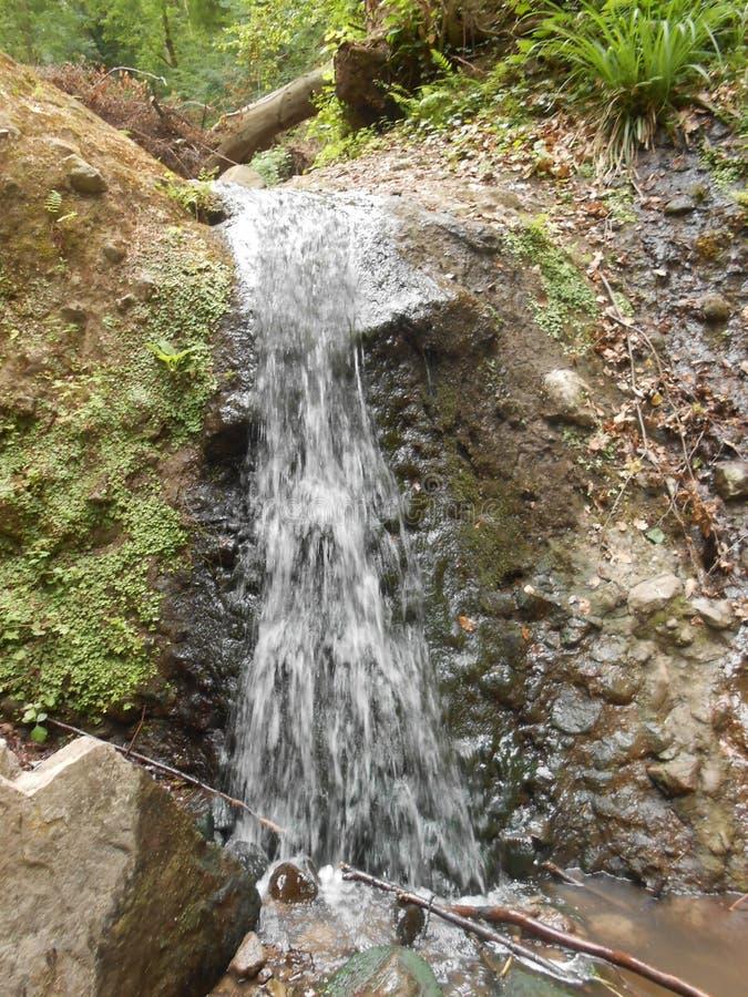 Водопад мал между горой стоковое фото rf