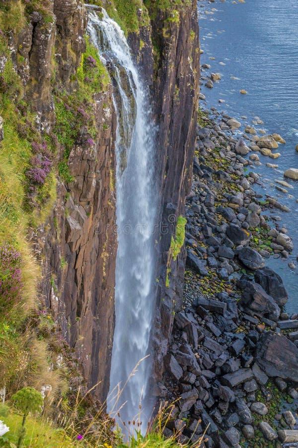 Водопад на крутом береге морем стоковое изображение rf