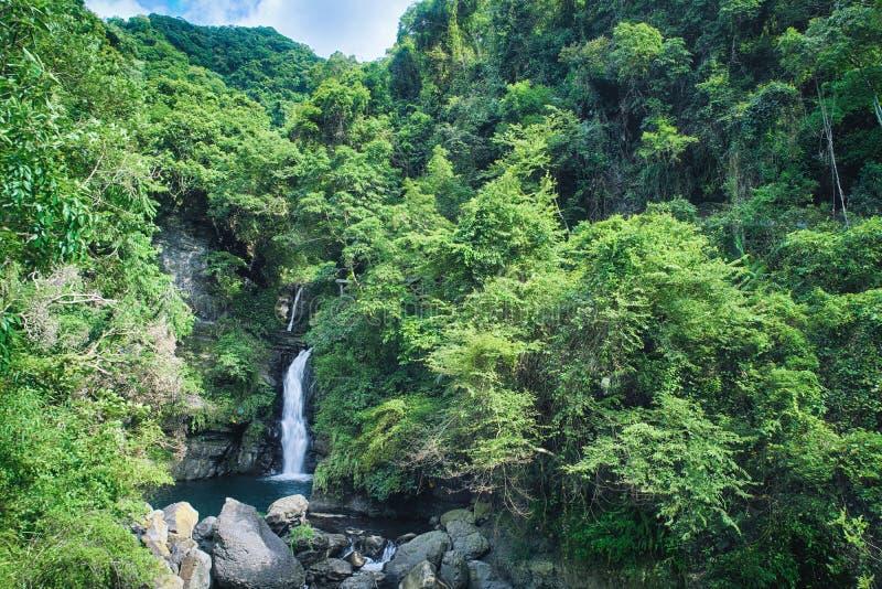 Водопад на солнечный день, съемка в живописной местности Xiao Wulai, район Longfeng Fuxing, Taoyuan, Тайвань стоковое изображение rf