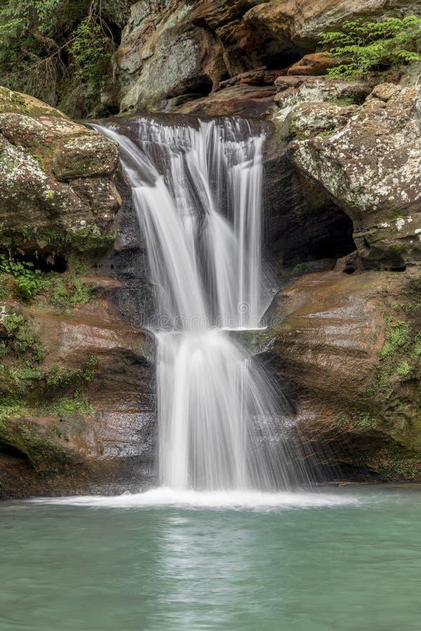 Водопад на старой укомплектовывает личным составом пещеру стоковое фото rf