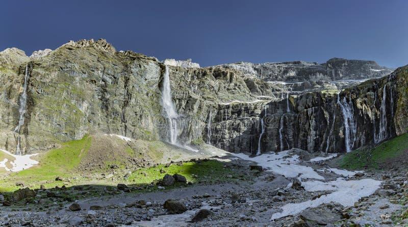 Водопад на Cirque de Gavarnie в Hautes-Пиренеи стоковая фотография rf