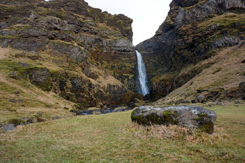 Водопад около Asolfsskali в осени Исландии стоковое фото