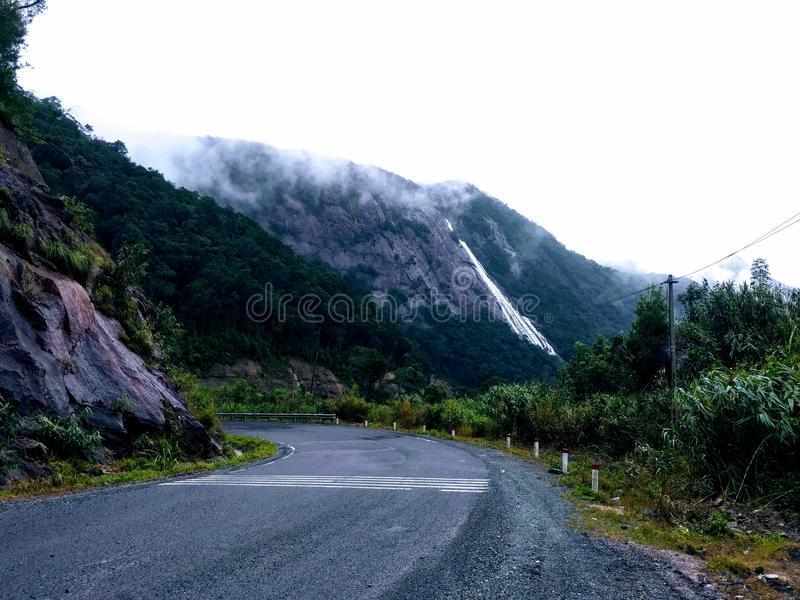 Водопад от горы стоковая фотография rf