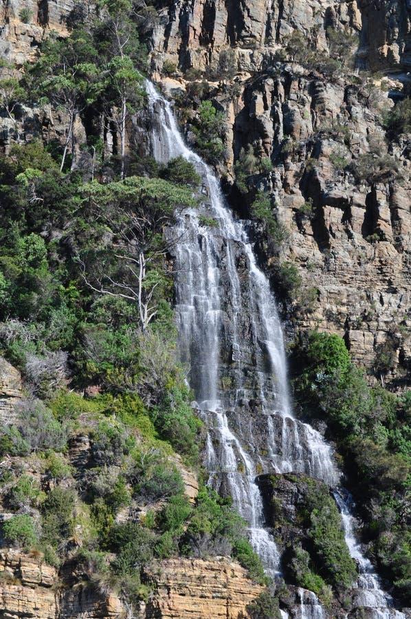 Водопад падает в море стоковые фото