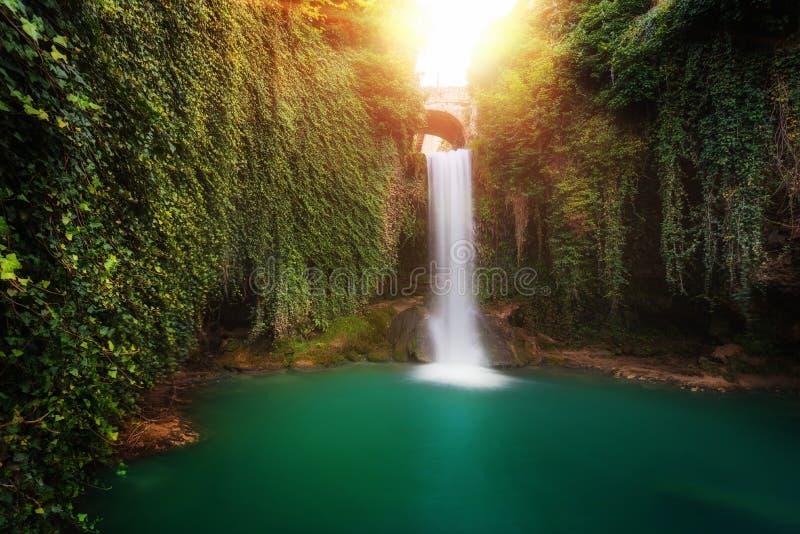 Водопад сказки в Tobera, Бургосе, Испании стоковые изображения