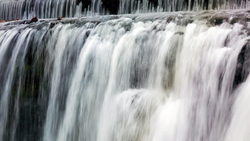 Водопад с цветами радуги стоковая фотография rf