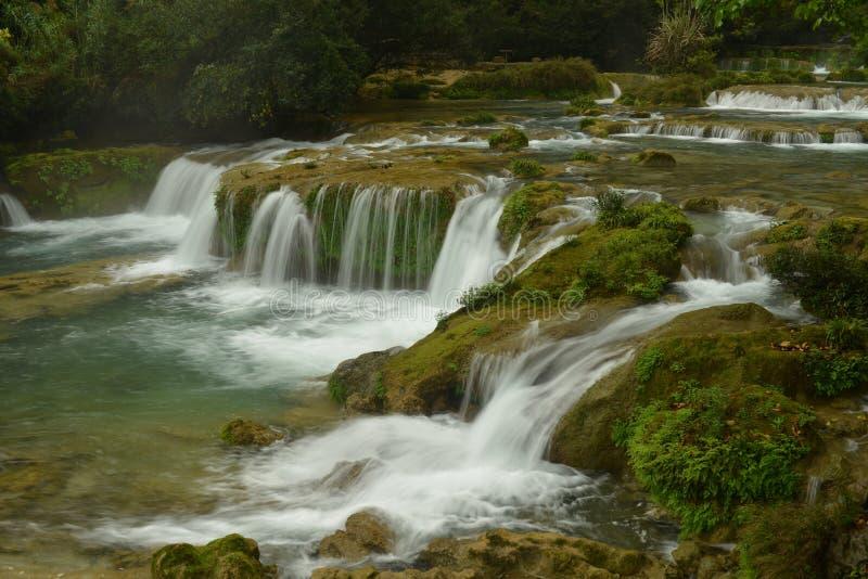 Водопад 68 уровней в малой живописной местности 7-отверстия стоковая фотография