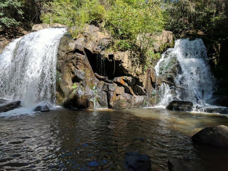 Водопад, утесы, природа, тень, лето стоковая фотография rf