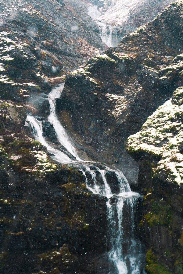 Водопад Glymur под солнечным и облачными небесами стоковые изображения