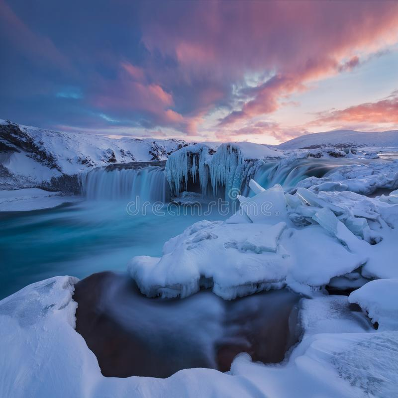 Водопад Godafoss на взглядах захода солнца вокруг Исландии, Северн Северного в зиме со снегом и льдом одним самого сильного водоп стоковые фотографии rf