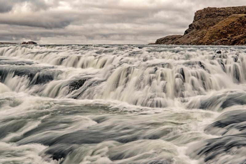 Водопад Gullfoss расположенный в юго-западе Исландии реки каньона Водопад реки быстрый Подача потока воды Природа водопада стоковые изображения rf