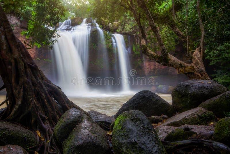 Водопад Haew Suwat в национальном парке Khao Yai, Таиланде стоковые изображения rf