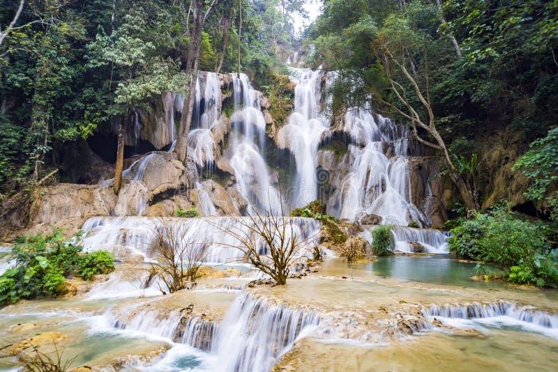 Водопад Kuang Si XI самые большие в районе Luang Prabang с 3 ярусами водя к падению 50 метров во впечатляющую лазурь стоковое изображение rf