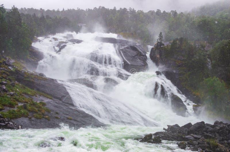 Водопад Nyastølfossen около Kinsarvik, Норвегии стоковая фотография