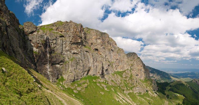 водопад raiskoto praskalo высокой горы стоковые фотографии rf