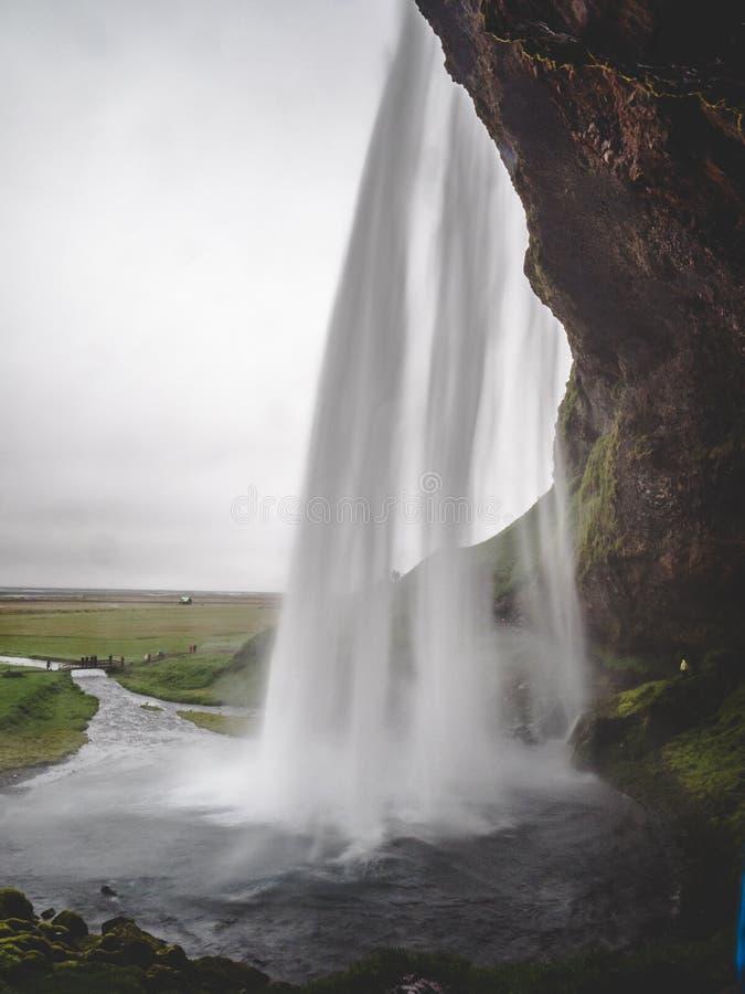 Водопад Seljalandsfoss в проходе Исландии под выдержкой долгого времени водопада, вертикальной стоковое изображение rf