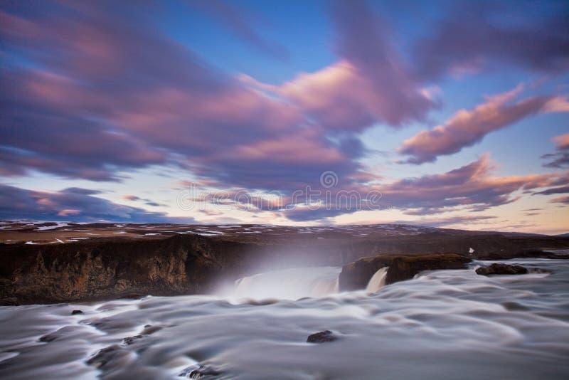 Водопад Skogafoss Исландии в исландском ландшафте природы Известные достопримечательности и назначение ориентиров на исландском стоковые фото