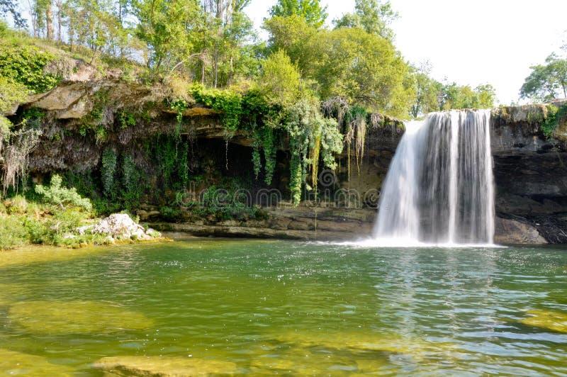 водопад tobalina de pedrosa Испании стоковые изображения rf