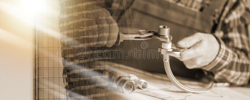 Водопроводчик привинчивая паяя штуцер; множественная выдержка стоковые фотографии rf