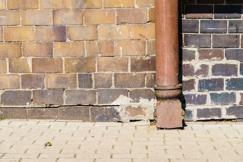 Водосточная труба на стене дома стоковые изображения rf