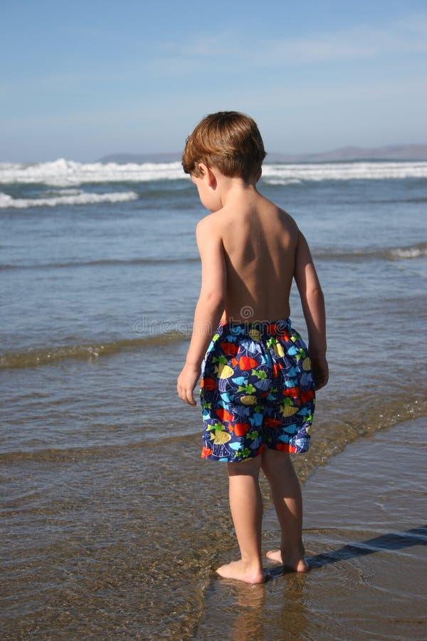воды края мальчика стоковое изображение rf