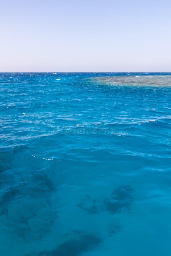 Воды рифа сини бирюзы в Красном Море Egytian с голубым небом стоковые изображения