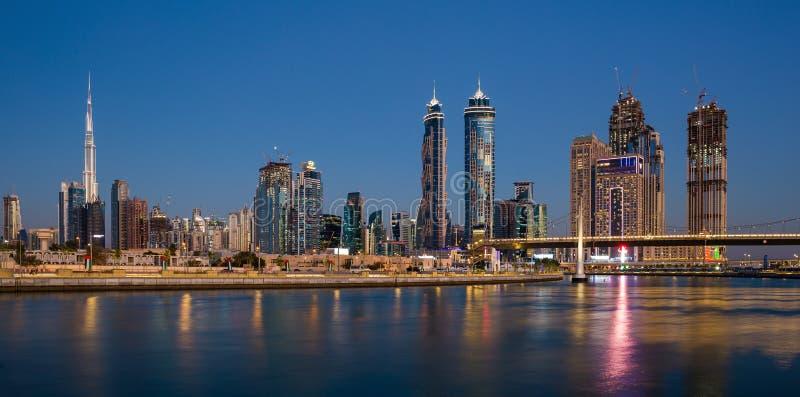 Водяной канал Дубай на ноче в заливе регионального бизнеса района стоковое изображение