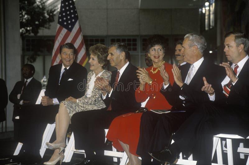 Воевод Джордж Deukmejian президента Роналд Реаган, Mrs Губернатор Джордж Deukmejian Рейгана и Калифорнии аплодирует Рональду Рейг стоковые изображения rf