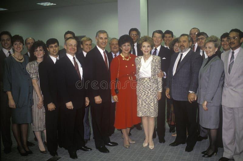 Воевод Джордж Deukmejian президента Роналд Реаган, Mrs Губернатор Джордж Deukmejian Рейгана, Калифорнии и жена и другие политики стоковая фотография rf