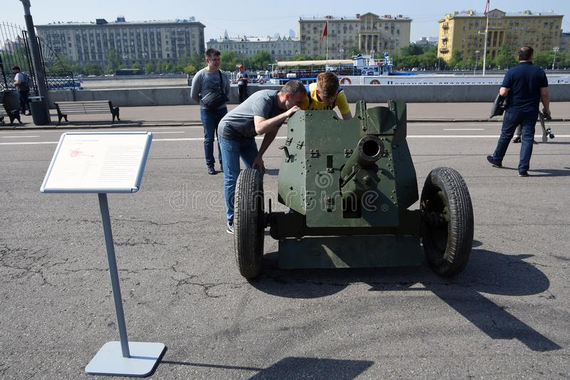 Военная выставка outdoors машин в парке Gorky Торжества дня Victoru на Москве стоковые изображения rf