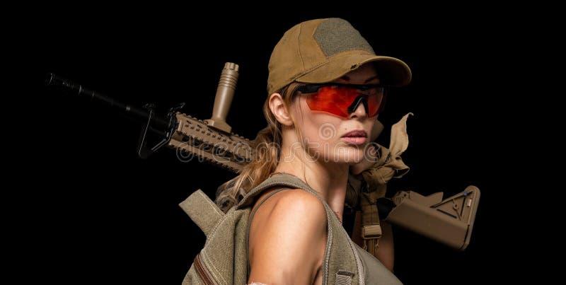 Военная девушка с автоматом Обрекает день стоковое фото