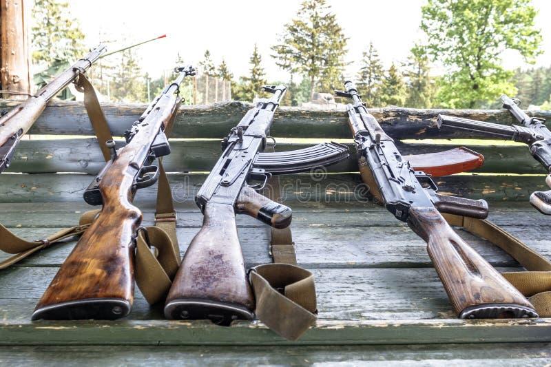 военная подготовка оружие на готовом пулеметы, винтовки, и пулеметы все различные эры стоковое фото rf