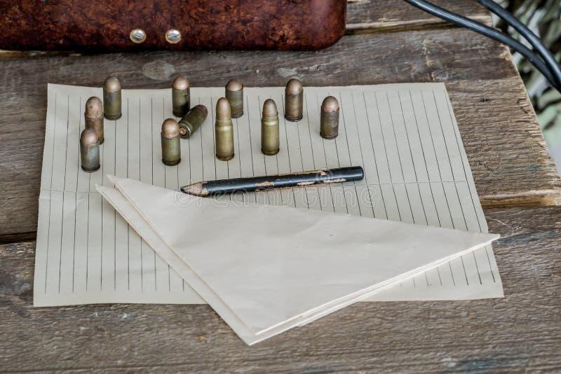 Военная предпосылка, боеприпасы на таблице стоковое фото
