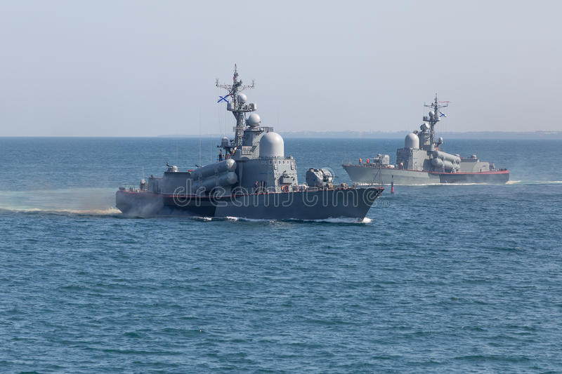2 военного корабля в море стоковые фотографии rf