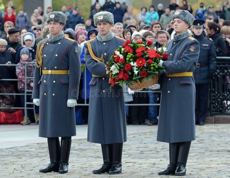 Военнослужащие компании почетного караула отдельного полка ` s Preobrazhensky commandant кладут корзину с цветками на стоковые изображения