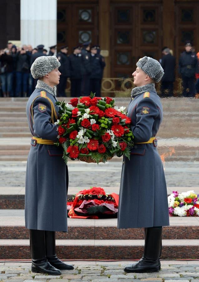 Военнослужащие компании почетного караула отдельного полка ` s Preobrazhensky commandant кладут корзину с цветками на стоковые фото
