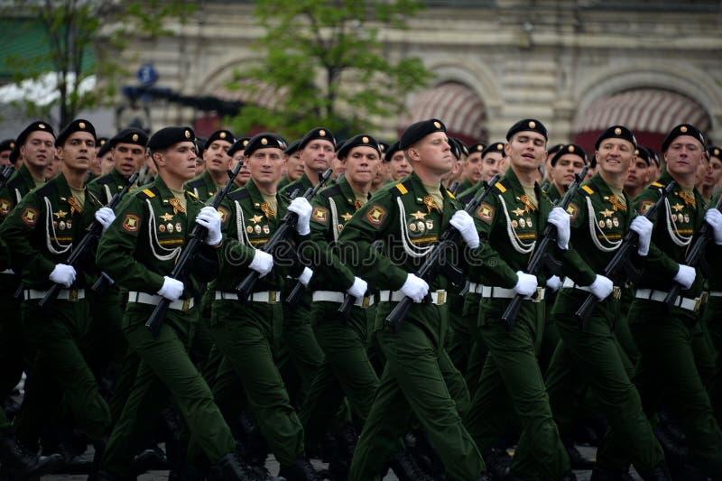 Военнослужащие 4-ого защищают разделение танка Kantemirov во время генеральной репетиции парада на красной площади стоковая фотография