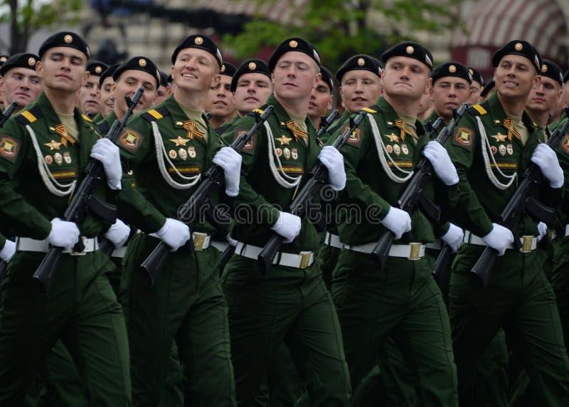 Военнослужащие 4-ого защищают разделение танка Kantemirov во время генеральной репетиции парада на красной площади стоковые фотографии rf