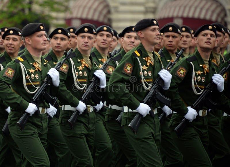 Военнослужащие 4-ого защищают разделение танка Kantemirov во время генеральной репетиции парада на красной площади стоковые фото