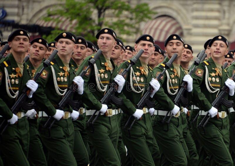Военнослужащие 4-ого защищают разделение танка Kantemirov во время генеральной репетиции парада на красной площади стоковые изображения