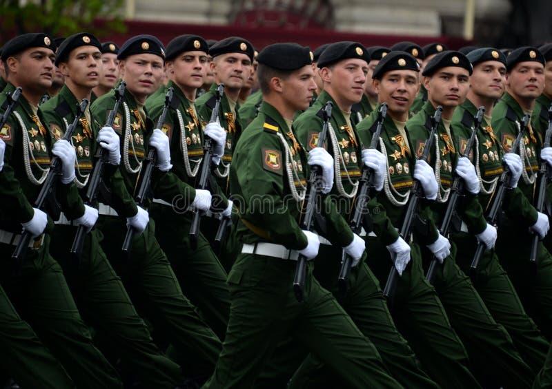 Военнослужащие 4-ого защищают разделение танка Kantemirov во время генеральной репетиции парада на красной площади стоковые изображения rf