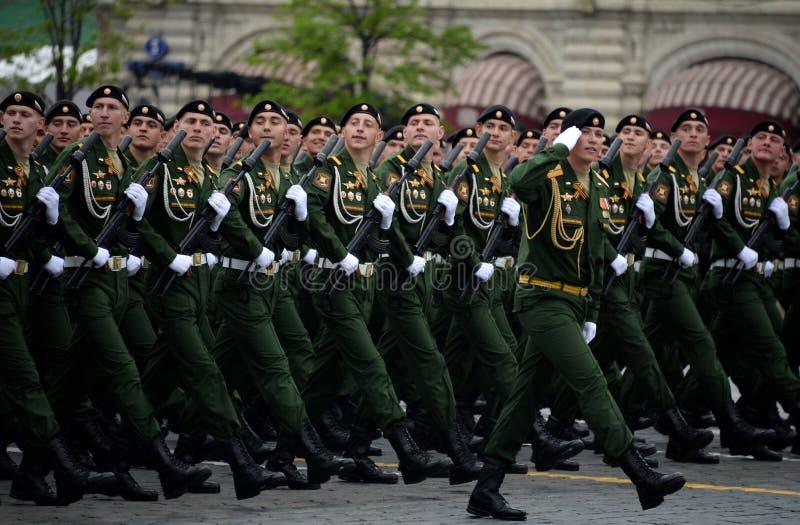 Военнослужащие 4-ого защищают разделение танка Kantemirov во время генеральной репетиции парада на красной площади стоковое фото