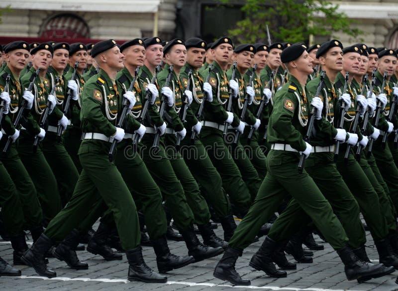 Военнослужащие 4-ого защищают разделение танка Kantemirov во время генеральной репетиции парада на красной площади стоковое изображение