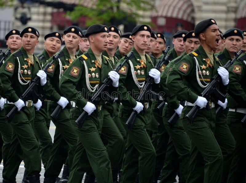 Военнослужащие 4-ого защищают разделение танка Kantemirov во время генеральной репетиции парада на красной площади стоковое изображение rf